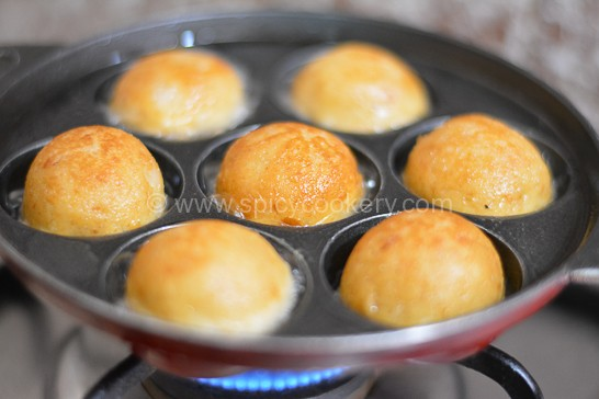 Bread-unniyappam turns slight golden brown